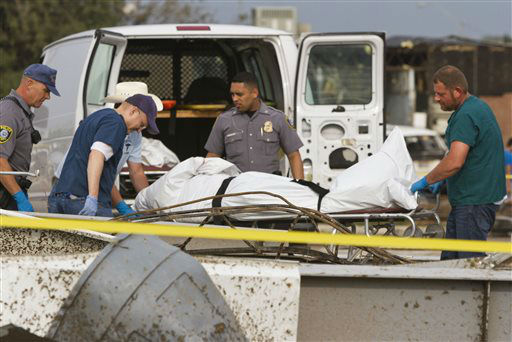 "<div class=""meta ""><span class=""caption-text "">Emergency crews recover a body from the 7-11 store at the corner of Telephone Road and SW 4th Street after a tornado in Moore, Okla. on Monday, May 20, 2013. (AP Photo/Alonzo Adams) (AP Photo/ Alonzo Adams)</span></div>"