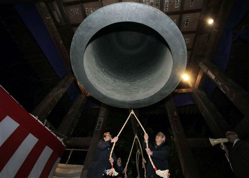 Worshipers strike a giant bell to celebrate the New Year at Zojoji Buddhist temple in Tokyo, Tuesday, Jan. 1, 2013. <span class=meta>(AP Photo&#47; Itsuo Inouye)</span>