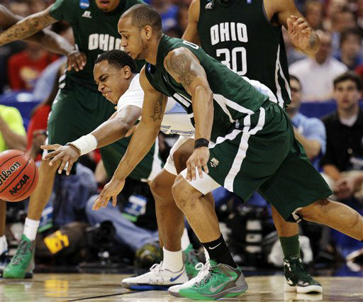 North Carolina forward John Henson and Ohio guard Walter Offutt &#40;3&#41; battle for a loose ball during the second half of an NCAA tournament Midwest Regional college basketball game, Friday, March 23, 2012, in St. Louis.  <span class=meta>(&#40;AP Photo&#47;Charlie Riedel&#41;)</span>