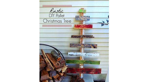 DIY Holiday Tree Outdoor Decoration from Pallet